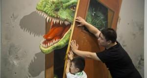 Vater und Sohn versuchen einen Tür zu schließen, vor der ein T-Rex steht