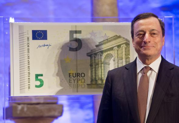 EZB-Chef Mario Draghi und die neue 5 Euro Banknote.