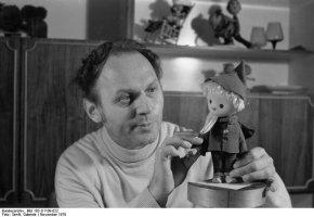 Gerhard Behrendt mit Sandmännchenpuppe, 1979