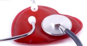 Stethoskop untersucht das Herz.