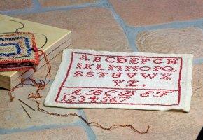 Mit einem Monogramm kennzeichnete die Braut die Textilien, die sie in die Ehe einbrachte. Ende des 19. Jahrhunderts dienten ihr dabei ABC-Tücher als Vorlage.