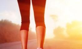 Junge Frau joggt beim Sonnenaufgang