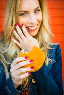 Abnehmen ohne Diät - Junge Frau mit einem leckeren Hamburger