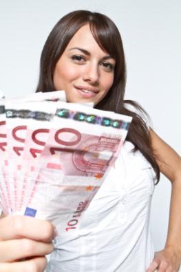 Junge Frau mit einem Bündel 10 Euro Scheinen
