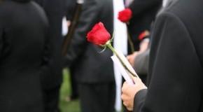Abschied nehmen - Menschen bei einer Beerdigung