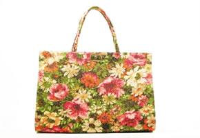 Accessoires, eine Handtasche mit Blumenmuster