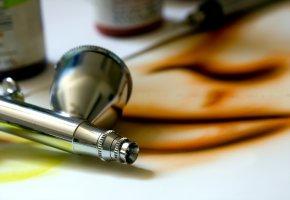 Airbrush-Pistole mit der man Fingernägel verschönern kann