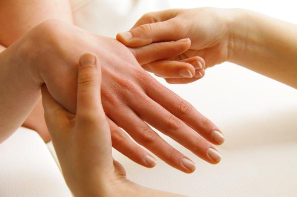 Akupressur kann bei Schmerzen und Erkältungen schnell helfen.