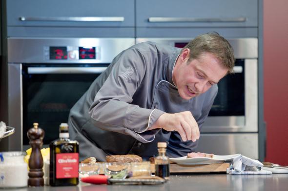 Alexander Herrmann in seinem Element beim kochen.