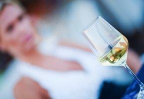 Alkoholismus - dem Trinker zittern die Hände
