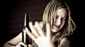 Alkoholpsychose - eine-junge Frau im Delirium Tremens