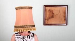 Alles eine Frage der Gewohnheit - Frau mit Lampenschirm auf dem Kopf