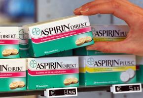 Aspirin Präperate im Apothekenregal