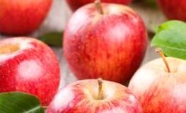 Frische Rote Äpfel auf einem Tisch.