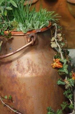Antike Milchkanne wird als Blumenkübel genutzt