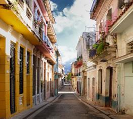 Alte Straße in Havanna mit bunten Fassaden