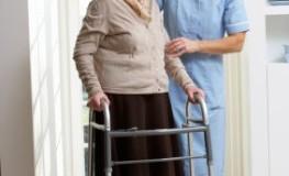 Altenpflegerin bei der Betreuung einer Patientin