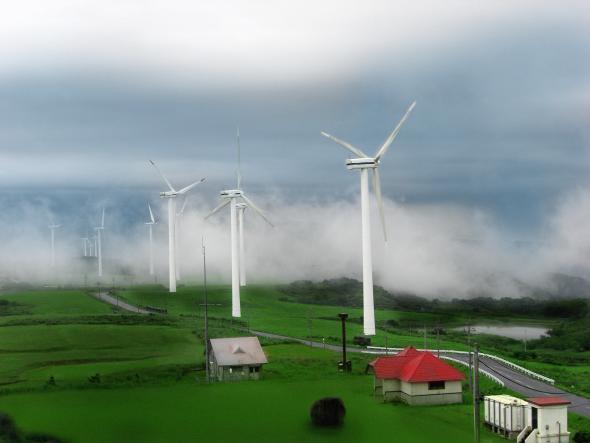 Windkrafträder im Nebel - Japan