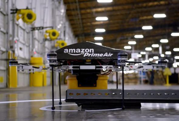 Prime-Air Bestellung - die Amazon-Drohne nimmt die Ware auf.
