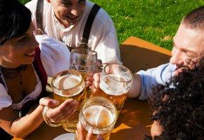 Anstoßen mit einer Maß Bier
