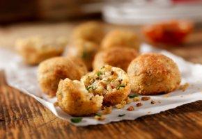 Arancini - frittierte Risotto-Bälle mit Pilzen und Käse