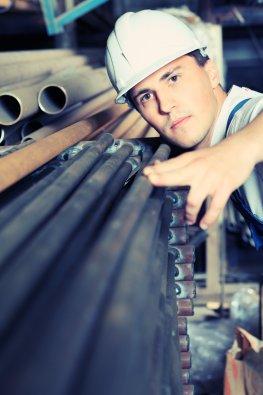 Rohstoffengpässe - Arbeiter in der Industrie