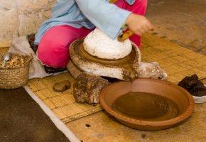 Arganöl wird mühsam mit einer Handpresse hergestellt