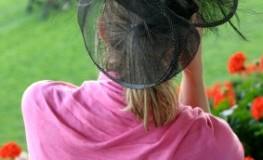 Ascot - eine Dame mit ausgefallenen Hut auf dem Kopf