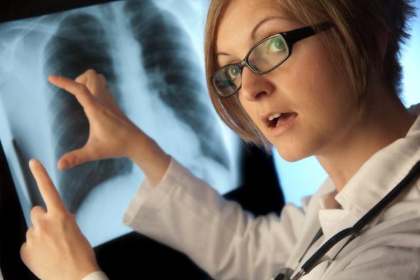 Junge Ärztin mit einer Röntgenaufnahme