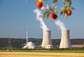 Die Angst vor der Kernenergie. Ein Atomkraftwerk aus der Ferne.