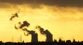Atomenergie - Atomkraftwerk in der Abenddämmerung