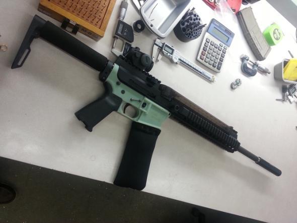 Sturmgewehr AR-15 auf einem Tisch