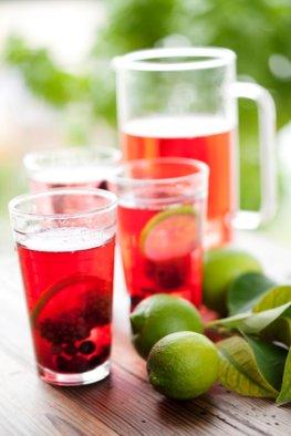 Aufgesetzter mit Tee, Wein und Früchten