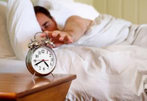 Aufwachen, der Wecker klingelt