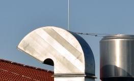 Ausgänge der Lüftungsanlage auf dem Dach