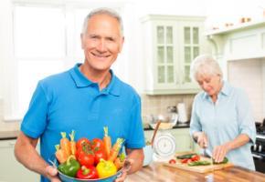 Älteres Ehepaar bereit das Mittagessen in der Küche zu