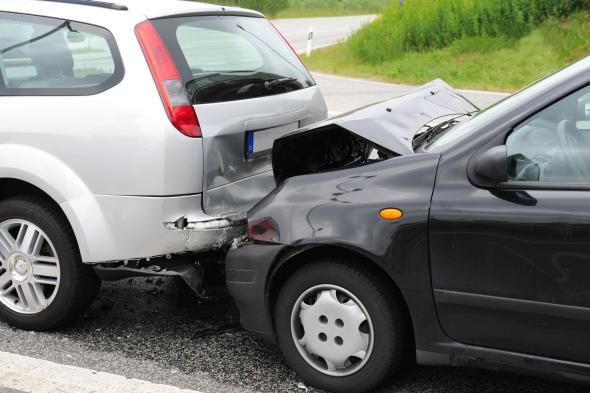 Ein Fahrzeug ist einem anderen Auto hinten drauf gefahren.