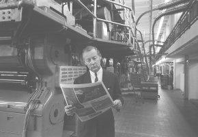 Zeitungsverleger Axel Springer bei der Kontrolle seiner Druckerzeugnisse im Druckhaus