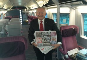 Bahnchef Rüdiger Grube verteilt Zeitungen im ICE