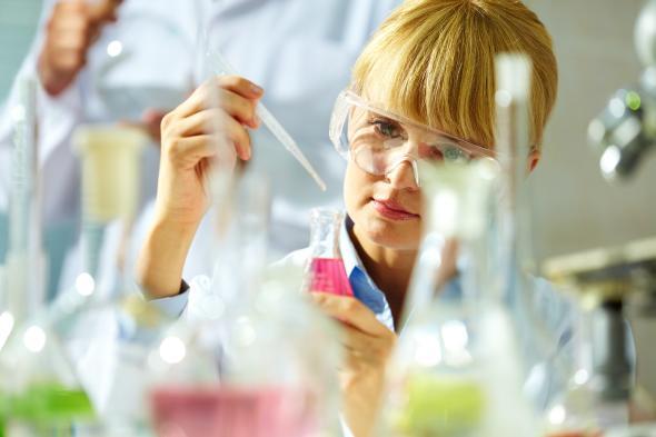 Wissenschaftlerin arbeitet im Labor an neuen Medikamenten zur Bakterienbekämpfung.