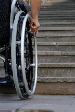 Behinderung - Rollstuhlfahrer vor einer Treppe