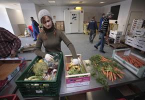 Berliner Tafel, sortieren von Lebensmittelspenden