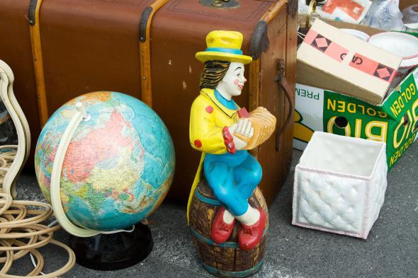 Antiques und Trödel - ein Globus Clownfigur und ein alter Koffer