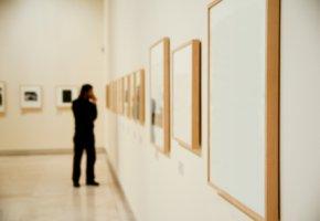 Kunstverleih - Besuch in einer Artothek um ein Bild auszuleihen