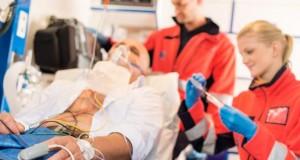 Betrunkenes Unfallopfer wird im Rettungswagen behandelt