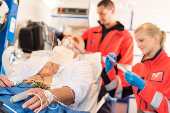 Verletzter wird von Sanitätern in einem Notarztwagen medizinisch versorgt