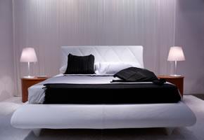 Italienischer Schlafraum, ein Bett mit aufliegender Matratze