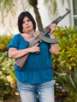 Bewaffnete Hausfrau in Juárez, Mexiko
