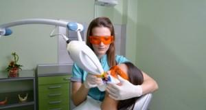 Bleaching bzw. Zahnaufhellung mit einem Laser.