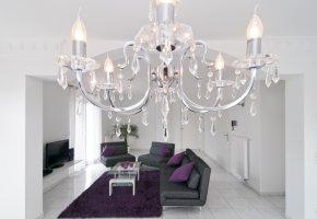Bleikristallleuchter in einem Designer Wohnzimmer